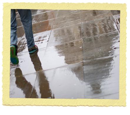 השתקפות של קתדרלת סיינט פול בגשם