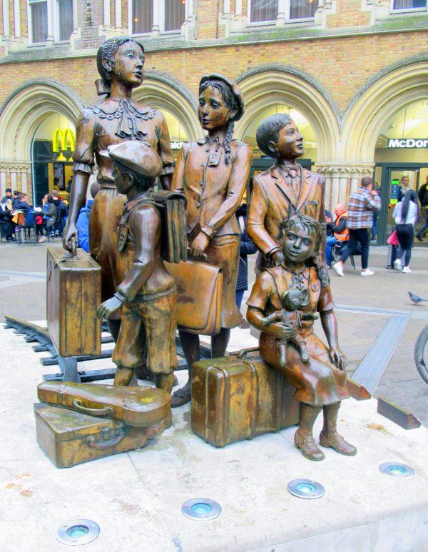 פסל הקינדרטרנספורט בתחנת ליברפול סטריט